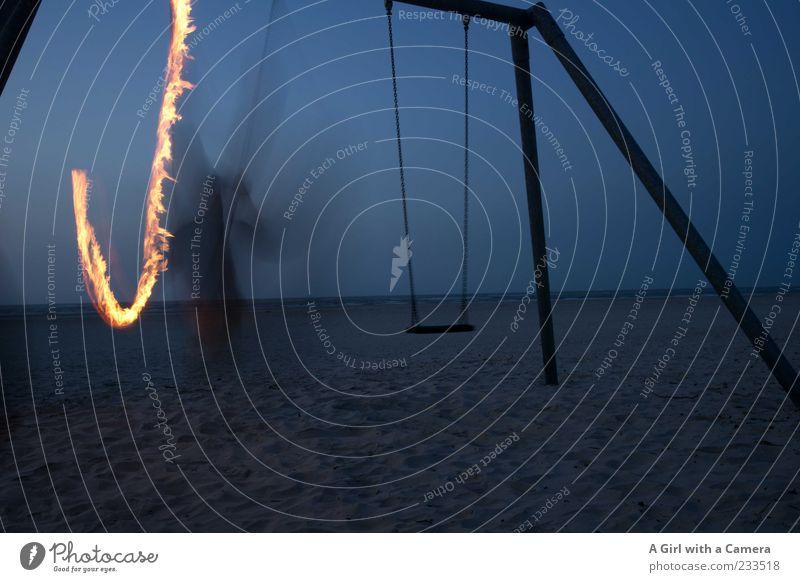 Spiekeroog I One of the Swinging Paddys Strand Meer Mann Erwachsene 1 Mensch Bewegung schaukeln blau Feuer Flamme Schaukel Fackel Langzeitbelichtung