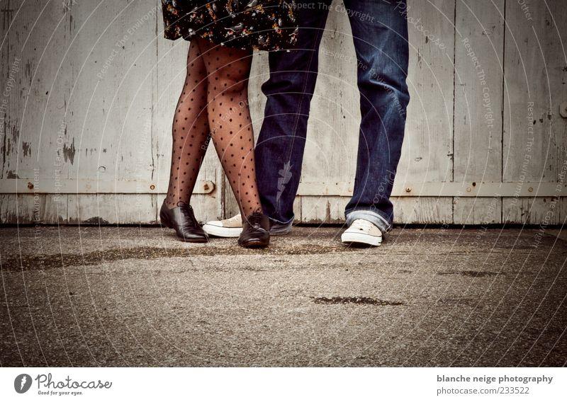 4 Beine Mensch maskulin feminin Junge Frau Jugendliche Junger Mann Erwachsene 2 18-30 Jahre Jeanshose Kleid Schuhe genießen Farbfoto Gedeckte Farben