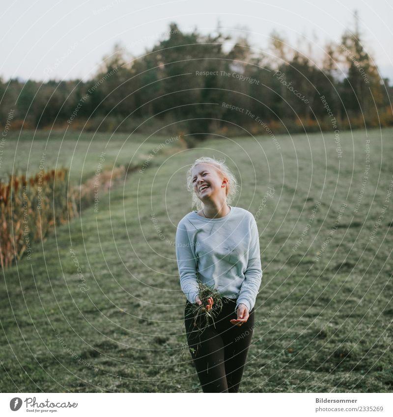Gras macht glücklich ;) Kind Mensch Natur Jugendliche Junge Frau Pflanze grün Freude Mädchen Wald Leben Wiese feminin lachen Glück