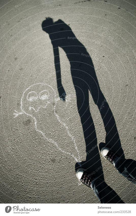 Quälgeist Freizeit & Hobby Spielen 1 Mensch Strassenmalerei Hose Schuhe einzigartig skurril Surrealismus Geister u. Gespenster Farbfoto Außenaufnahme Licht