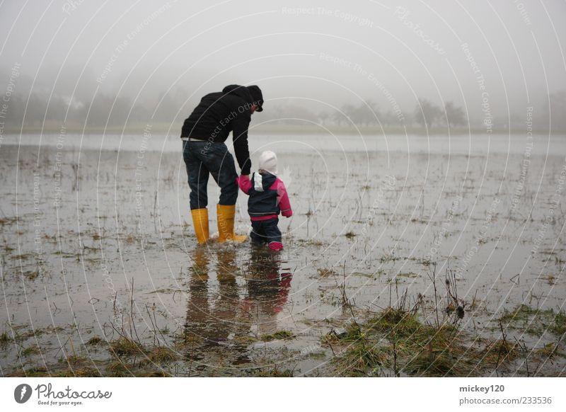 hochwasser Mensch Kind Mann Natur Wasser Mädchen Erwachsene Wiese Landschaft kalt grau Gras Familie & Verwandtschaft Feld gehen Nebel