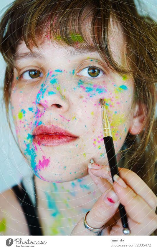Junge Frau bemalt ihr Gesicht Stil Design schön Haut Schminke Mensch feminin Jugendliche 1 18-30 Jahre Erwachsene Kunst Künstler Maler Kunstwerk Gemälde brünett