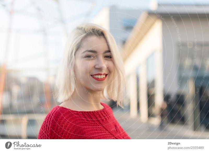 Frau Mensch Jugendliche Junge Frau Stadt schön weiß rot Mädchen Gesicht Erwachsene Lifestyle lustig feminin lachen Glück