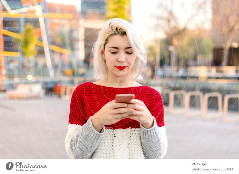 Frau Mensch Jugendliche Junge Frau schön Freude schwarz Erwachsene Lifestyle feminin Glück Business 13-18 Jahre modern Technik & Technologie stehen