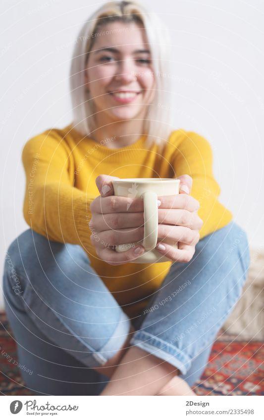 Eine Frau gibt dir eine Tasse heißen Kaffee. Frühstück Getränk Heißgetränk Tee Freude Glück schön Winter Mensch feminin Junge Frau Jugendliche Erwachsene Hand 1