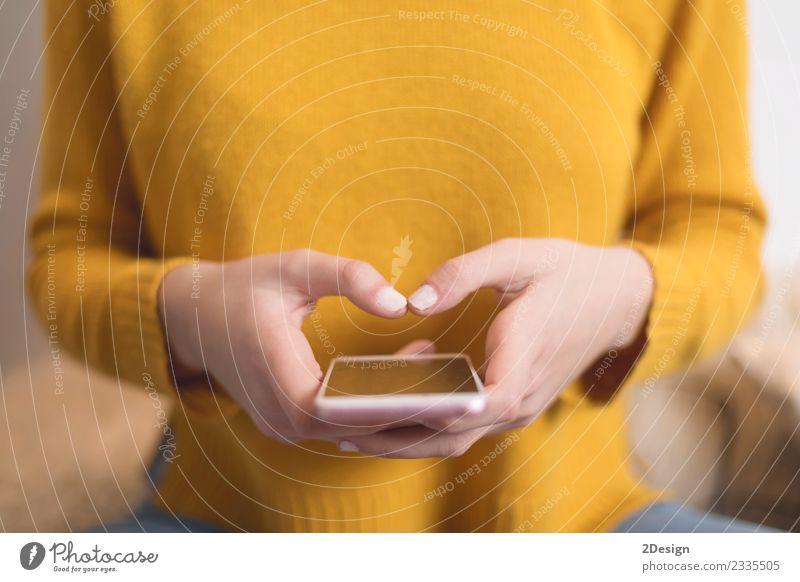 Nahaufnahme der Hände der Frau mit einem Smartphone Lifestyle Schreibtisch Tisch Business Telefon Handy PDA Bildschirm Technik & Technologie Mensch feminin