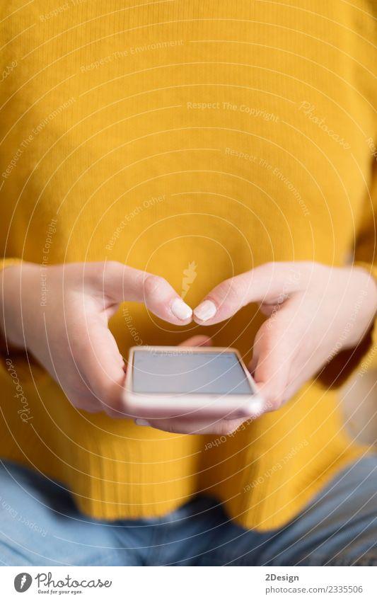 Nahaufnahme der Hände der Frau mit einem Smartphone Schreibtisch Tisch Business Telefon Handy PDA Bildschirm Hardware Technik & Technologie Telekommunikation