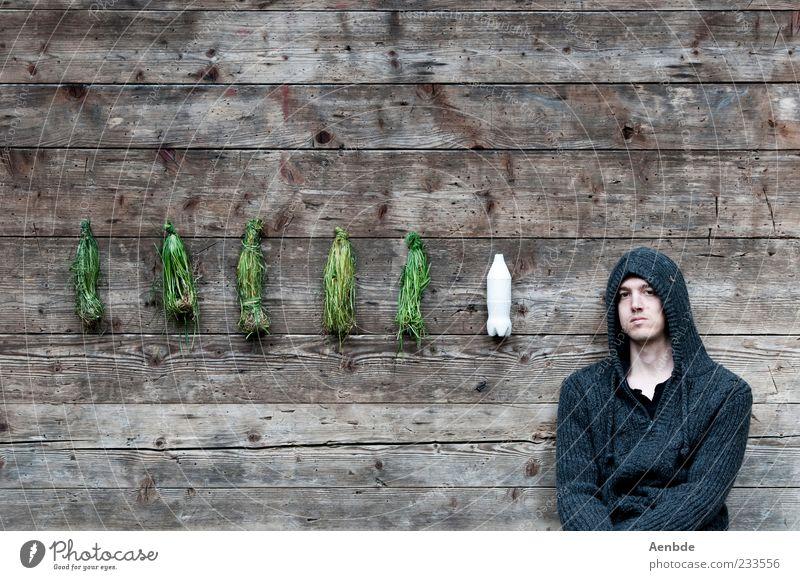 keine Ahnung was das bedeuten soll... Mensch Jugendliche ruhig Erwachsene Gras Traurigkeit sitzen maskulin außergewöhnlich 18-30 Jahre Flasche hängen bleich Kapuze Gips Blick