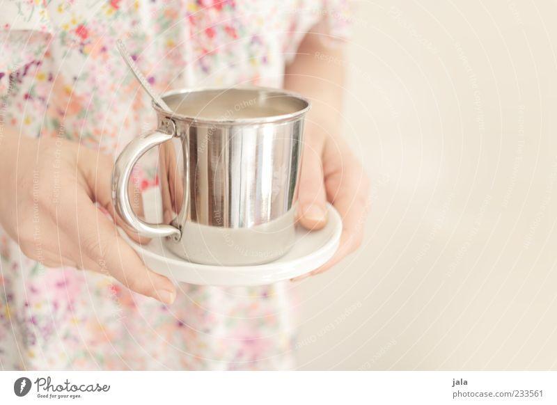 kaffee... Getränk Heißgetränk Kakao Kaffee Teller Tasse Becher Löffel Mensch Frau Erwachsene Hand stehen Freundlichkeit positiv verwöhnen Farbfoto Innenaufnahme