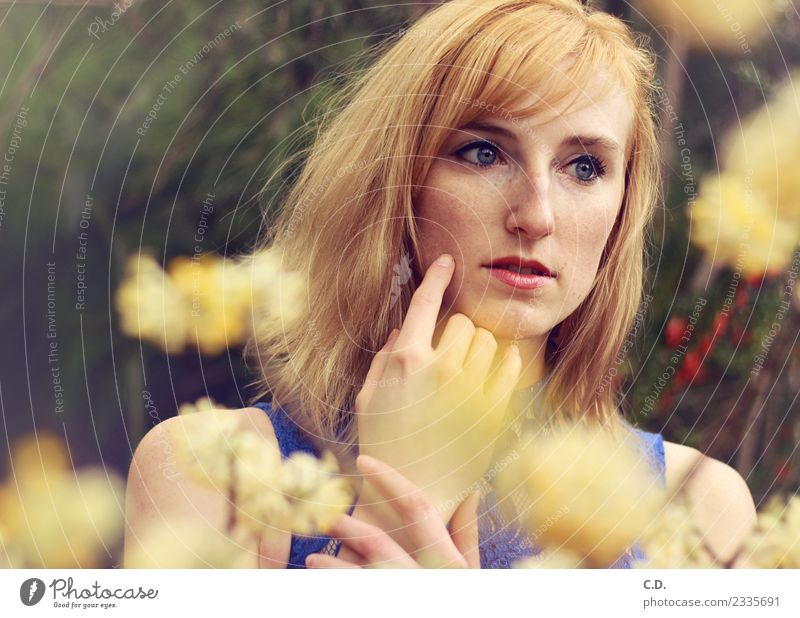 Lisa I Junge Frau Jugendliche 18-30 Jahre Erwachsene blond rothaarig Blühend Denken träumen ästhetisch Duft schön weich blau gelb gold Gefühle Idylle Frühling