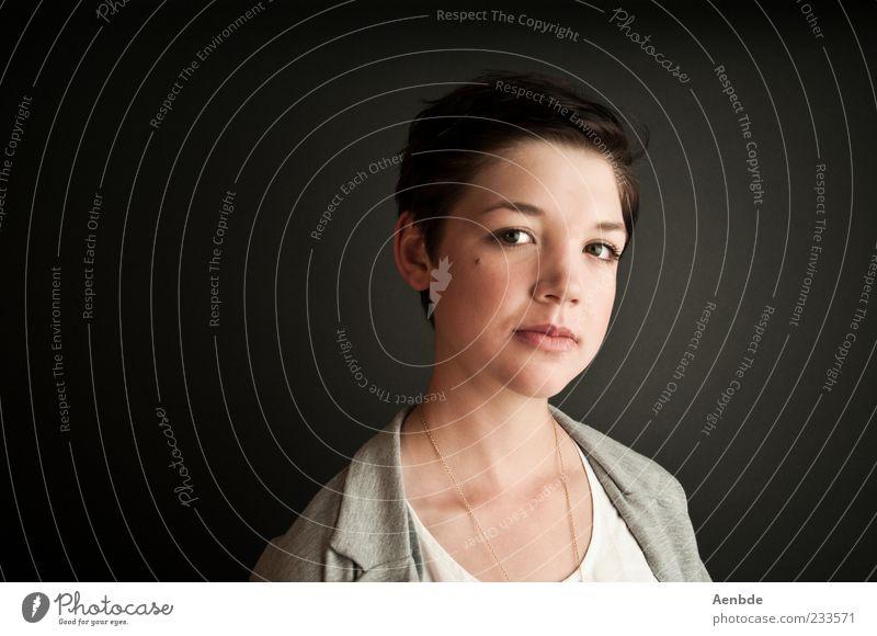 Portrait feminin Junge Frau Jugendliche Kopf 1 Mensch 18-30 Jahre Erwachsene Haare & Frisuren schwarzhaarig kurzhaarig berühren ästhetisch Coolness klug seriös