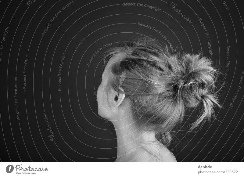 Haare schön Haare & Frisuren Leben Zufriedenheit Erholung Duft Mensch feminin Junge Frau Jugendliche 1 blond langhaarig Zopf ästhetisch wild Nacken Ohr Schulter