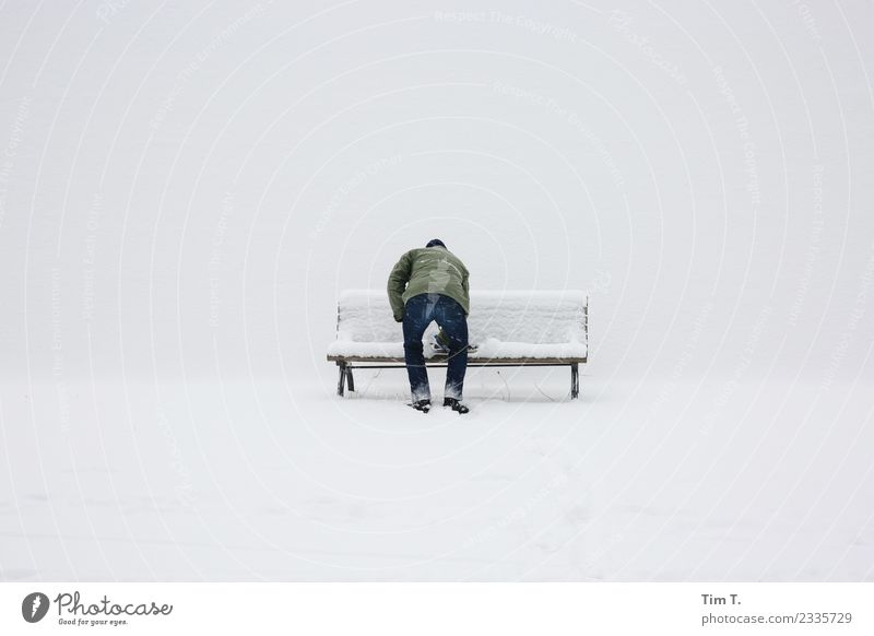 Winter Mensch maskulin 1 45-60 Jahre Erwachsene Berlin-Mitte Stadt Hauptstadt Stadtzentrum Bank Schnee Farbfoto Außenaufnahme Textfreiraum links