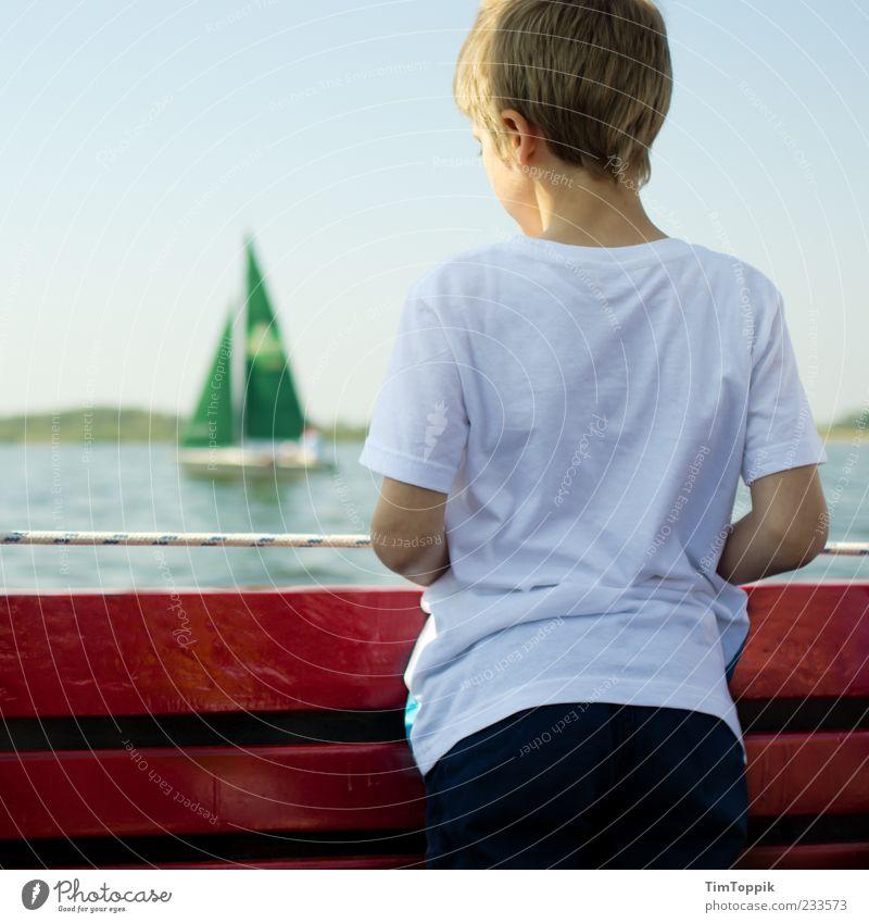 Sail away Mensch Kind Wasser grün rot Ferien & Urlaub & Reisen Erholung Junge Traurigkeit See Kindheit blond stehen T-Shirt nachdenklich beobachten
