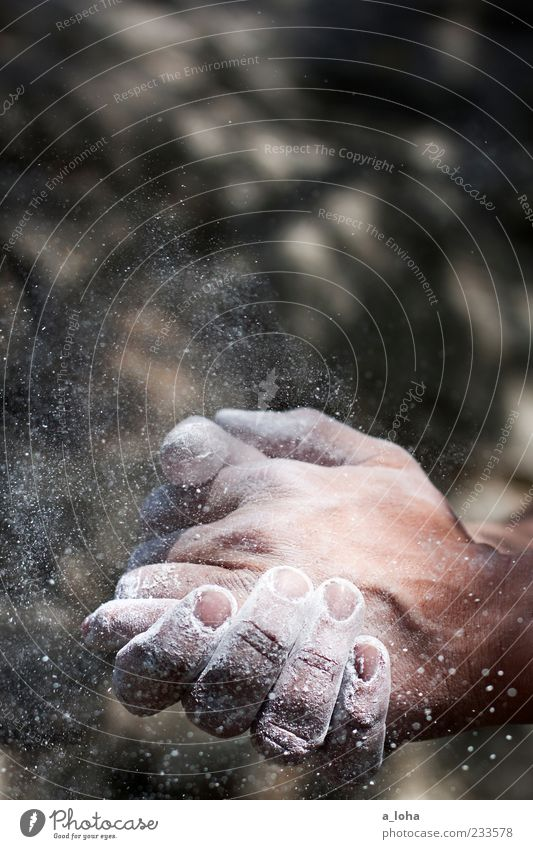 let there be rock Hand Sport Luft Felsen maskulin Beginn Finger Lifestyle Klettern berühren Mut sportlich Bergsteigen Sportler Vorfreude Staub