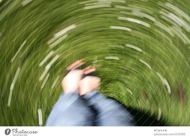 Blümchenkarussel. Beine Fuß 1 Mensch Natur Blume Gras drehen blau grün weiß Farbfoto Außenaufnahme Tag Bewegungsunschärfe Langzeitbelichtung Drehung