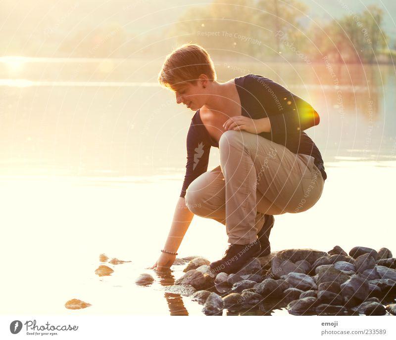 ufer.los. feminin Junge Frau Jugendliche 1 Mensch 18-30 Jahre Erwachsene Natur Wasser Sonne Sonnenlicht Frühling Seeufer Wärme gelb gold berühren Lächeln Glück