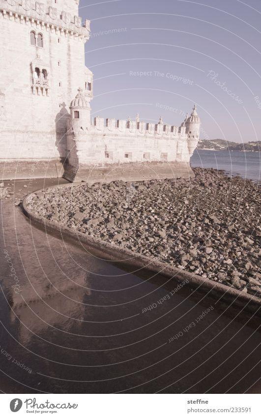 ruhiger Schwung Wasser weiß ruhig Kraft Tourismus Schutz Bauwerk Schönes Wetter Burg oder Schloss Wahrzeichen Hauptstadt Sehenswürdigkeit Portugal Blauer Himmel Altstadt Lissabon