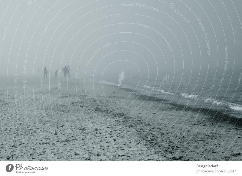 Nebelwesen Mensch 4 schlechtes Wetter Wind Sturm Regen Gewitter Wellen Küste Strand Ostsee Einsamkeit grau gehen unklar Schwarzweißfoto Silhouette Weitwinkel