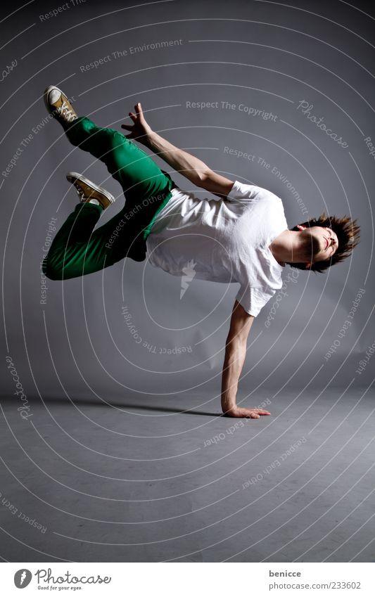 the dance Mann Mensch springen Tanzen Tanzveranstaltung Breakdancer Coolness Studioaufnahme dunkel Bewegung Licht Beleuchtung Gesundheit Fitness sportlich