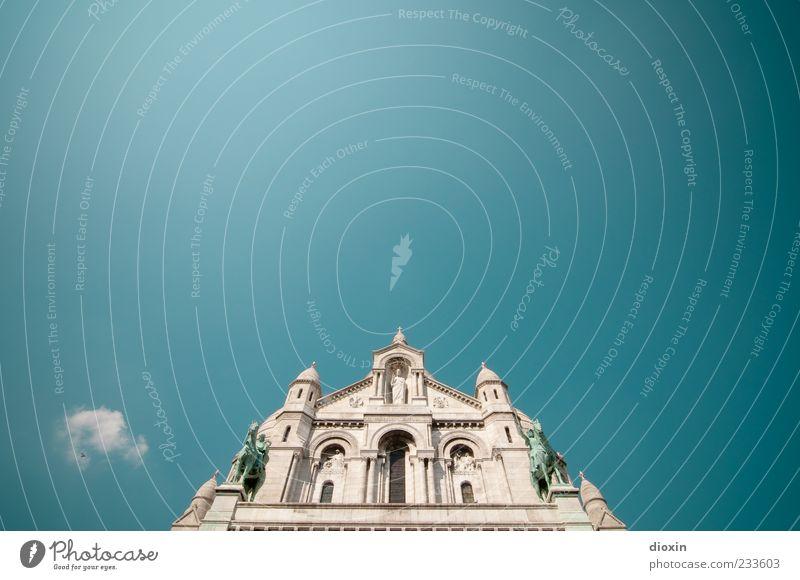 eine Häufung bedeutungsloser Baukörper (1) Himmel alt Wolken Architektur Religion & Glaube Stein Gebäude hell Fassade hoch Kirche Europa Turm Spitze Bauwerk Schönes Wetter