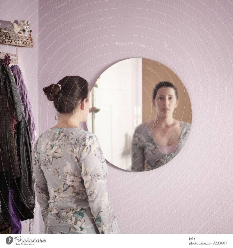 anblick Mensch Frau Erwachsene Wand Wohnung stehen Häusliches Leben Bekleidung Spiegel brünett langhaarig Zopf Aussehen Haare & Frisuren Accessoire Spiegelbild
