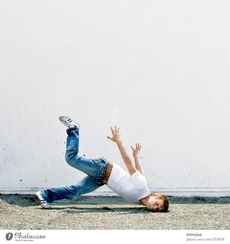 un-fall Mensch Mann Freude Erwachsene Wand Mauer lustig Gesundheit Fassade maskulin Boden T-Shirt Jeanshose fallen Schmerz Risiko