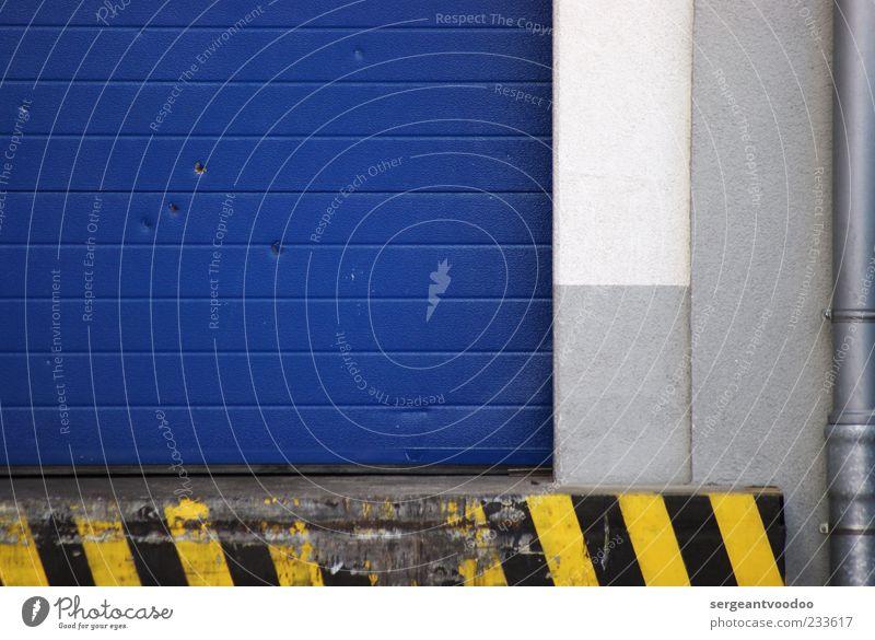 Chelsea and the Wolves blau Farbe schwarz Haus gelb Wand Architektur grau Mauer Gebäude Metall Linie Tür geschlossen Beton Streifen