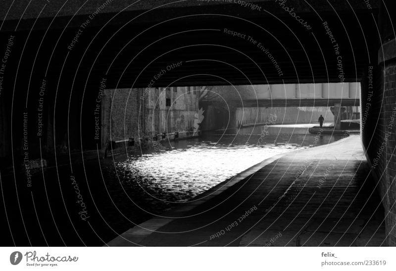 Under the Bridge London Großbritannien Europa Tunnel ästhetisch Stadt schwarz weiß Einsamkeit geheimnisvoll Schwarzweißfoto Außenaufnahme Tag Licht Schatten