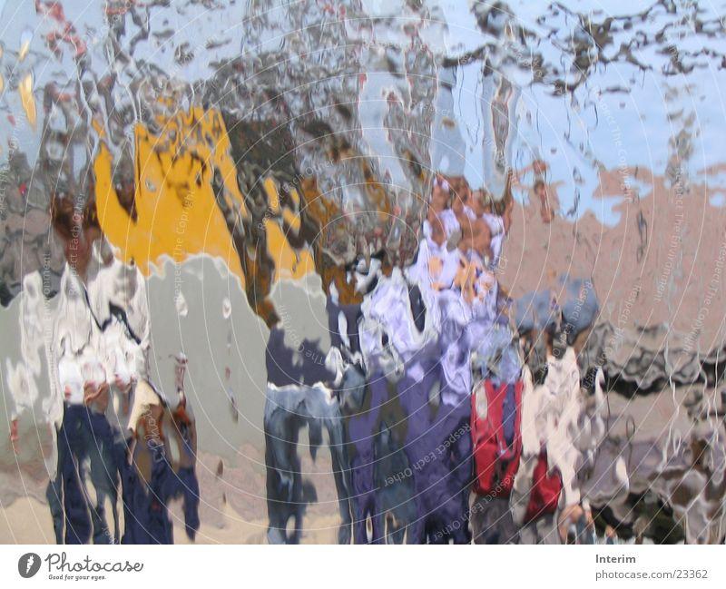 Durch's Wasser Fototechnik Wasserfall Verzerrung Farbflächen Wasserspiele Mensch