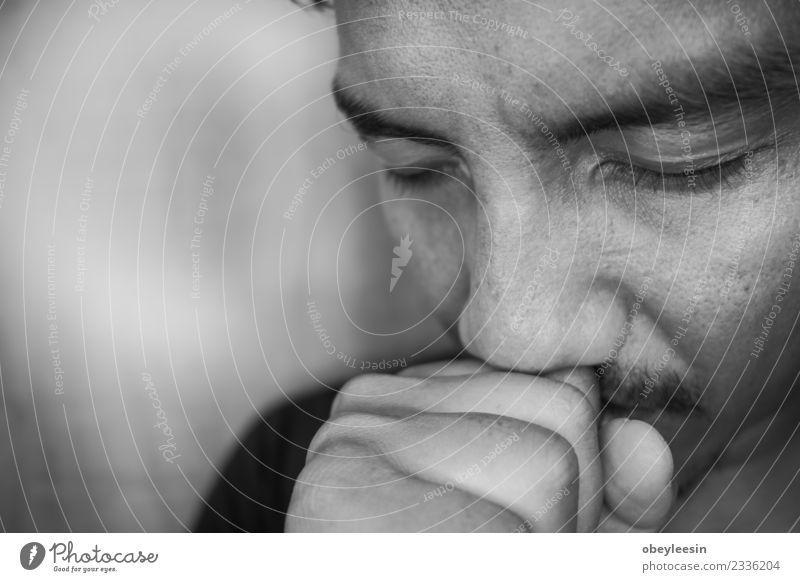junger asiatischer Mann ist depressiv und allein. Gesicht Strand Mensch Erwachsene Verkehr Herz Denken Traurigkeit weinen Armut Wut Schmerz Einsamkeit Angst