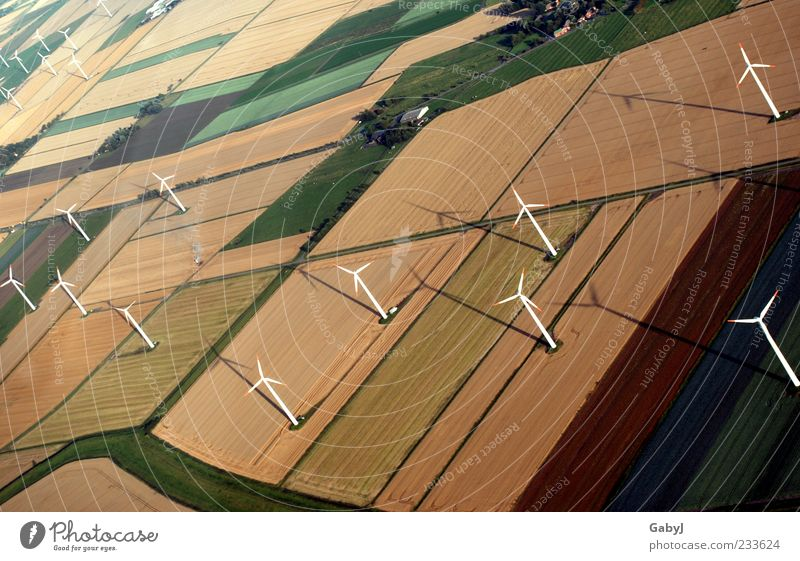 Strahlungsfreie Alternative Herbst Landschaft Feld Energie Klima Erneuerbare Energie Elektrizität Perspektive Wandel & Veränderung viele Windkraftanlage Luftaufnahme Klimawandel nachhaltig Fortschritt Stromverbrauch