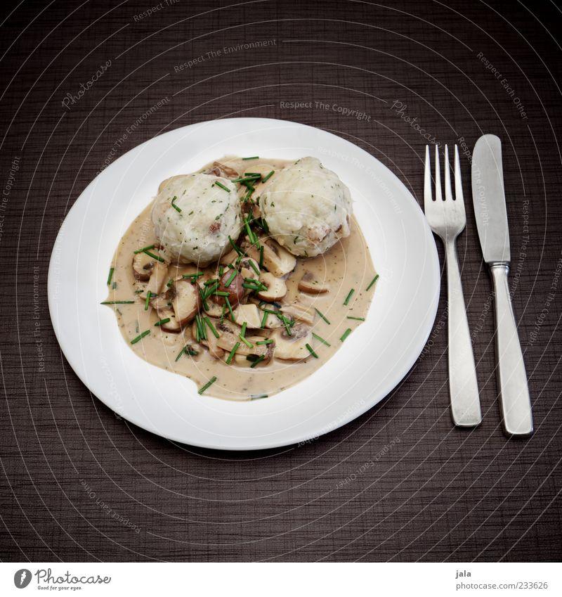 schmankerl Lebensmittel Knödel Saucen Pilz Ernährung Mittagessen Bioprodukte Vegetarische Ernährung Teller Besteck Messer Gabel lecker Farbfoto Außenaufnahme