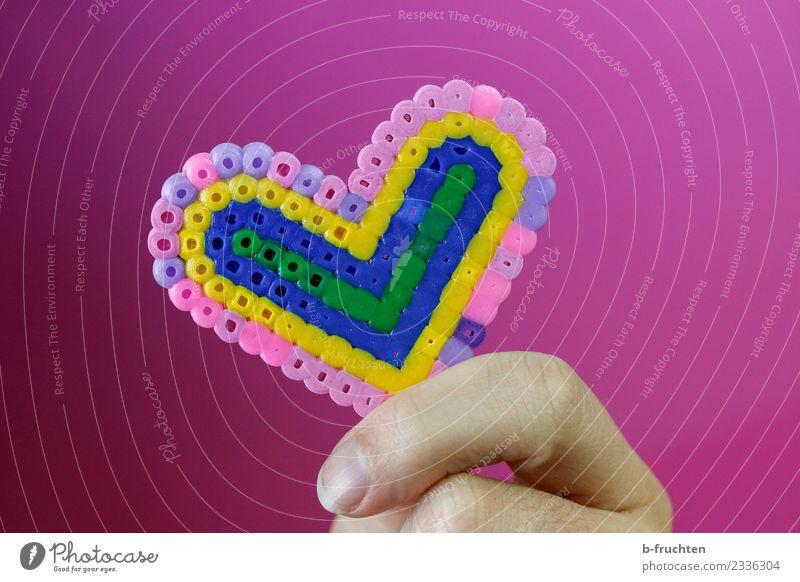 Herz aus Bügelperlen Finger Kunststoff festhalten rosa Freundschaft Liebe Verliebtheit Romantik Begierde herzförmig Basteln Farbfoto Studioaufnahme Kunstlicht