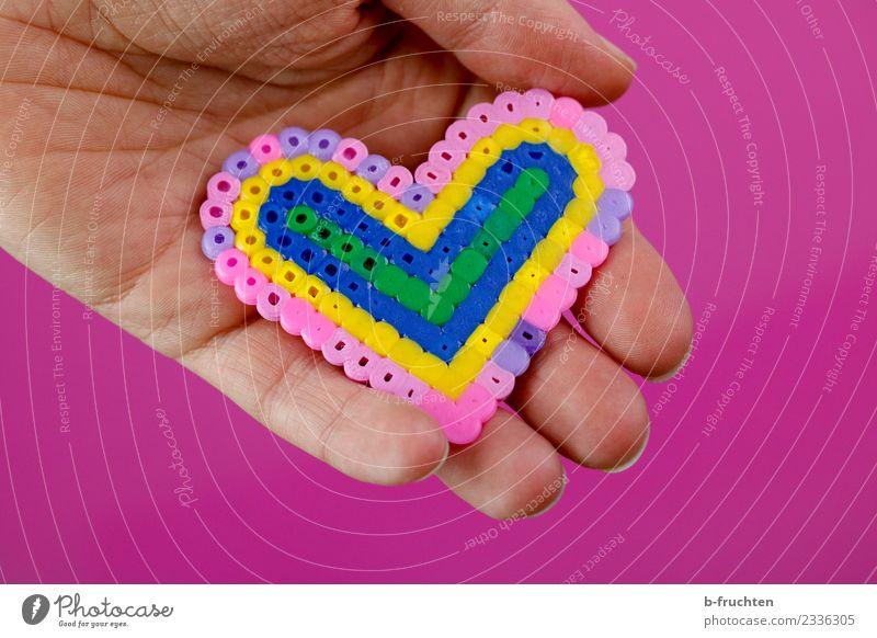 Herz aus Bügelperlen Hand Finger 30-45 Jahre Erwachsene Kunststoff Zeichen festhalten Fröhlichkeit rosa Sympathie Freundschaft Liebe herzförmig zeigen Muster