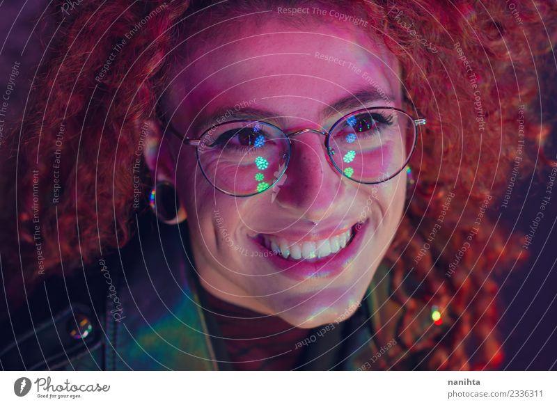 Junge glückliche Frau, die Farblichter in einer Party sieht. Lifestyle Stil Design Freude schön Haare & Frisuren Haut Gesicht Wellness Nachtleben Entertainment