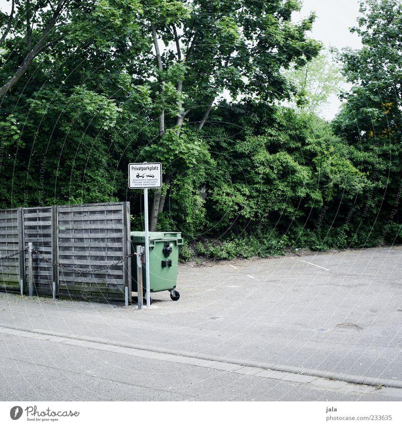 privatparkplatz Natur Pflanze Baum Sträucher Platz Parkplatz Holzzaun Müllbehälter Schilder & Markierungen Hinweisschild Warnschild trist Farbfoto Außenaufnahme