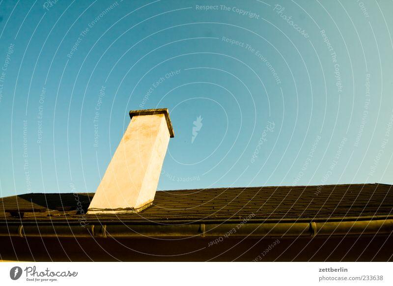 Schornstein Natur Himmel Wolkenloser Himmel Klima Schönes Wetter Haus Hütte Bauwerk Gebäude Architektur Dach Dachrinne Farbfoto Außenaufnahme Detailaufnahme