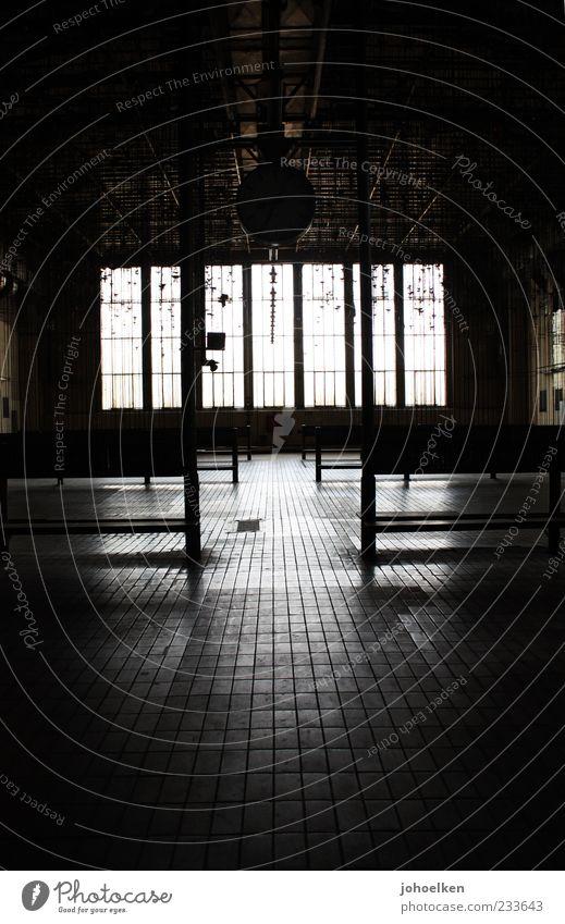 Strippenziehen alt weiß schwarz dunkel Fenster Uhr Bauwerk Fliesen u. Kacheln Industrieanlage Umkleideraum