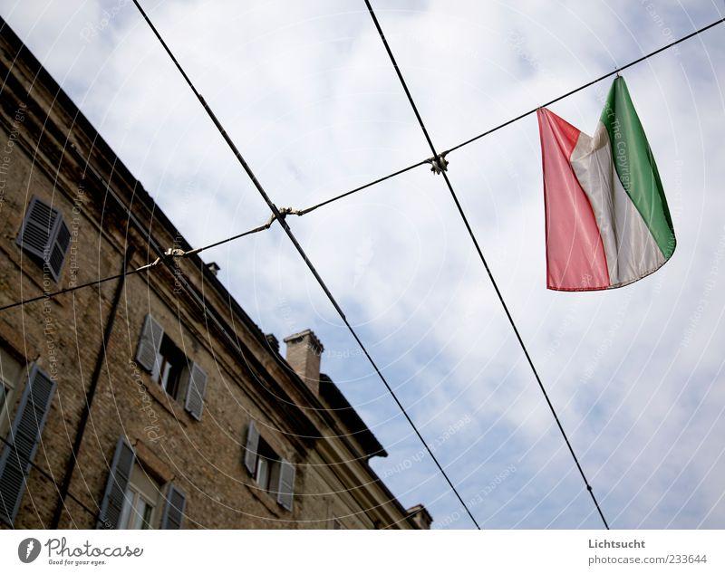 150 Jahre Italien blau Gefühle Architektur hell Stimmung Fassade Fahne Zeichen Vergangenheit hängen wehen Stolz Identität Treue Altstadt