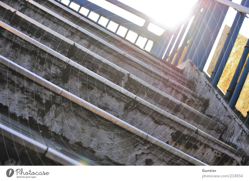 Stolpergefahr blau weiß gelb grau Treppe Geländer blenden