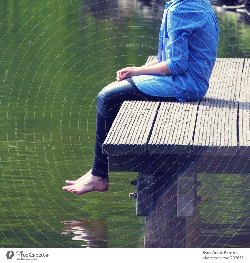 kopflos. Mensch Jugendliche Wasser Einsamkeit Erwachsene Beine Fuß sitzen 18-30 Jahre einzigartig dünn Schönes Wetter Hemd Steg Teich Barfuß