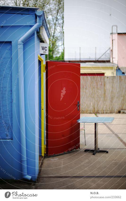 Mal müssen blau rot Sommer Tür offen Fassade Schilder & Markierungen Tisch Toilette Toilette Bodenplatten Bar Fallrohr Strandbar Außentoilette