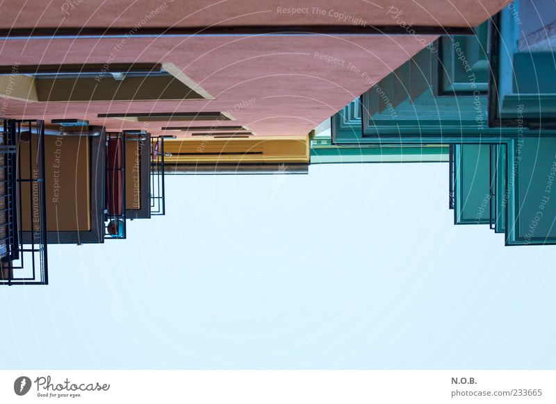 Linien und Formen Himmel blau gelb Fenster Wand Architektur Gebäude Mauer rosa Fassade Perspektive außergewöhnlich Balkon Richtung himmelwärts