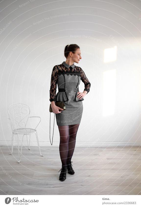 Mia Stuhl Raum feminin Frau Erwachsene 1 Mensch Kleid Handtasche brünett langhaarig Zopf beobachten festhalten Blick stehen ästhetisch elegant schön