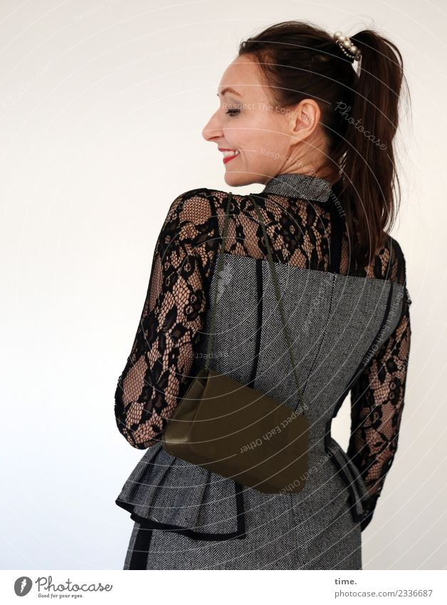 Mia feminin Frau Erwachsene 1 Mensch Kleid Handtasche brünett langhaarig Zopf Lächeln lachen tragen ästhetisch elegant Freundlichkeit Fröhlichkeit schön Freude