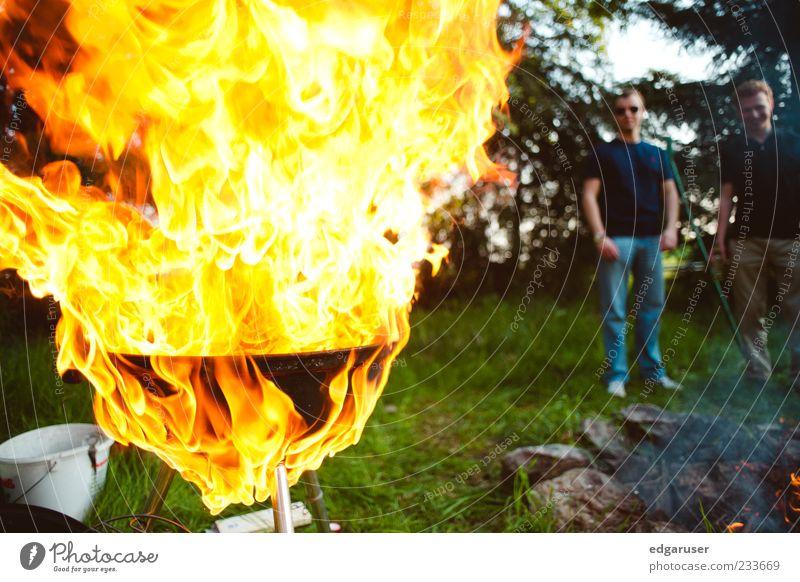 Würstchen gefällig? Mann rot Erholung gelb Wärme Gras Garten Feste & Feiern Hintergrundbild Freizeit & Hobby Brand stehen Feuer beobachten bedrohlich trinken