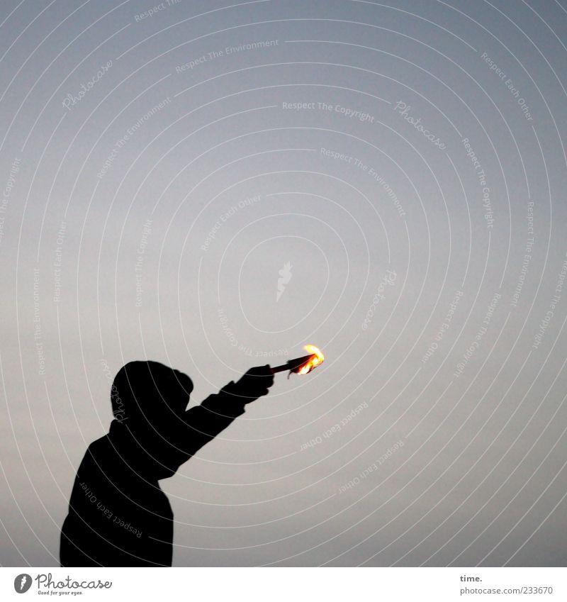 Spiekeroog | Fackelläufer Mensch Himmel Mann schwarz Erwachsene dunkel Bewegung Stimmung Arme maskulin Feuer brennen zeigen Kapuze Entschlossenheit