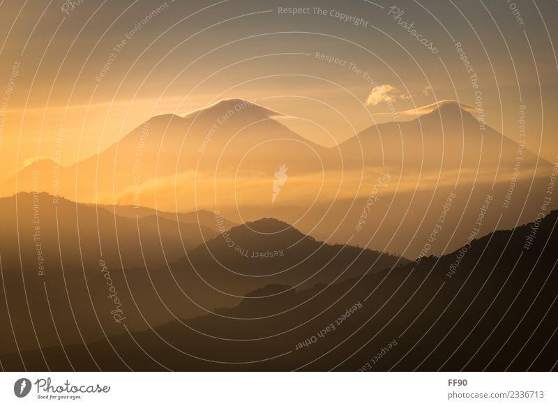 Vulkane im Sonnenaufgang Natur blau Landschaft Berge u. Gebirge schwarz Umwelt orange hell Nebel genießen Schönes Wetter Guatemala Atitlan See