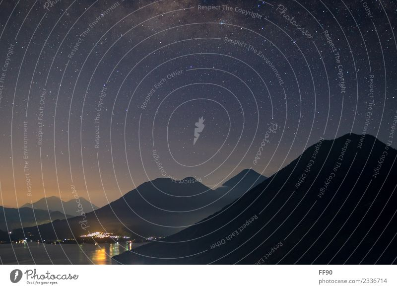 Blaue Stunde am Lago de Atitlàn in Guatemala mit Vulkanblick Ferien & Urlaub & Reisen Tourismus Ausflug Abenteuer Berge u. Gebirge wandern Nachthimmel Stern